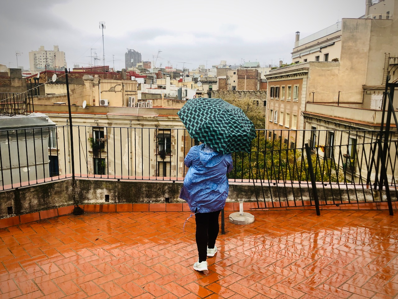 Stan alarmowy - Barcelona - pierwszy miesiąc - deszcz na dachu